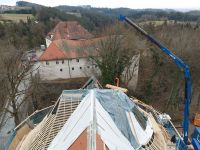 2021_03_23__03_Letzte_Zimmererarbeiten_am_Ostteil_des_Dachstuhls_Blick_zum_Schloss