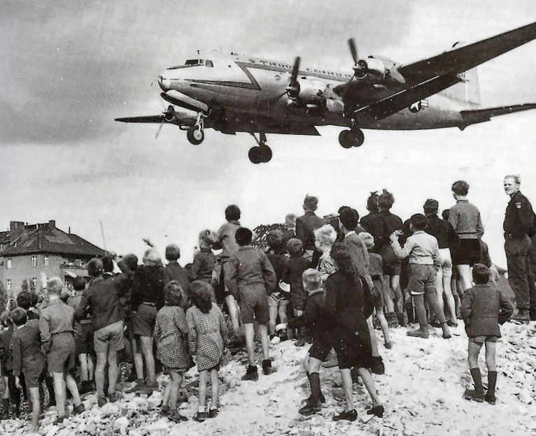 17 02 rosinenbomber c-54 landingattemplehof