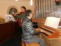 05-Adventliches-Singen---Elisabeth-Fuchs-mit-der-Querfloete-und-Wilma-Tosch-an-der-Orgel