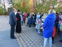 2018_10_21-186-Begruessung-des-Bischofs-durch-die-Kindergartenkinder