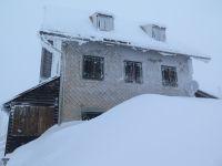 1_das_altehrwuerdige_Rachelschutzhaus_-_von_meterhohen_Schneewehen_umzingelt