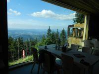 105_Blick_durchs_neue_Panoramafenster_auf_das_alte_Falkensteinschutzhaus