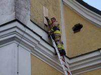 2020_06_10_04_Feuerwehr_im_Turmfalken-Einsatz_-_mit_einem_Brett_wird_Nest_abgesichert