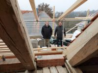 2020_12_01_09_Baubesprechung_ueber_den_Daechern_von_Mitterfels__Pfarrer_Dominik_Daschner_OPraem_und_Architekt_Weny