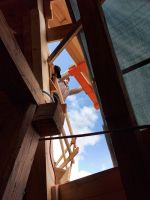 2021_03_17_05_Kran_faehrt_Lattenmaterial_hoch_-_durch_letzte_Dachstuhloeffnung_fotografiert