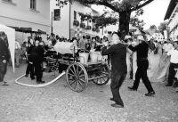 15_Die_Feuerwehr_in_historischen_Uniformen_loeschte_mit_Geraeten_von_anno_dazumal