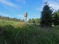 062-Gedenksteine--Wegkreuze-und-ueberwachsene-Mauerreste-erinnern-an-die-Streusiedlungen---ft