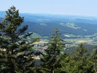 076-Huettensteinfelsen---hoch-ueber-Steinbuehl---dem-Ziel-des-Koetztinger-Pfingstritts---rechts-oben-das-Observatorium-Wettzell---ft