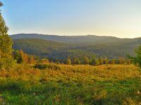 019-Spaetnachmittagssonne-in-Stadeln-Stodulky---Blick-zum-Mittagsberg-Polednik---bm