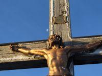 140-den-leidenden-Herrgott-am-Gipfelkreuz-treffen-die-ersten-waemenden-Strahlen---bm