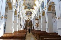03_Die_dreischiffige_Basilika_mit_einer_romanischen_Uranlage_-_1215_geweiht